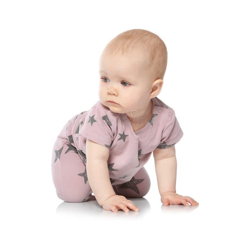 Милый маленький младенец вползая на белизне стоковые фотографии rf