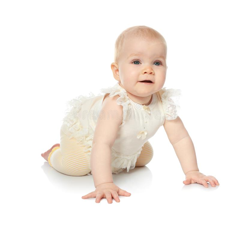 Милый маленький младенец вползая на белизне стоковое фото