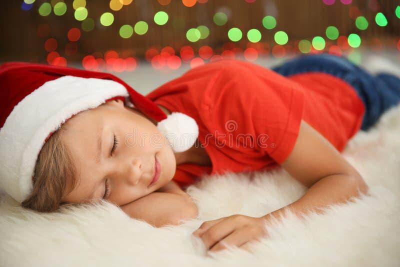 Милый маленький ребенок в спать шляпы Санты стоковые фото