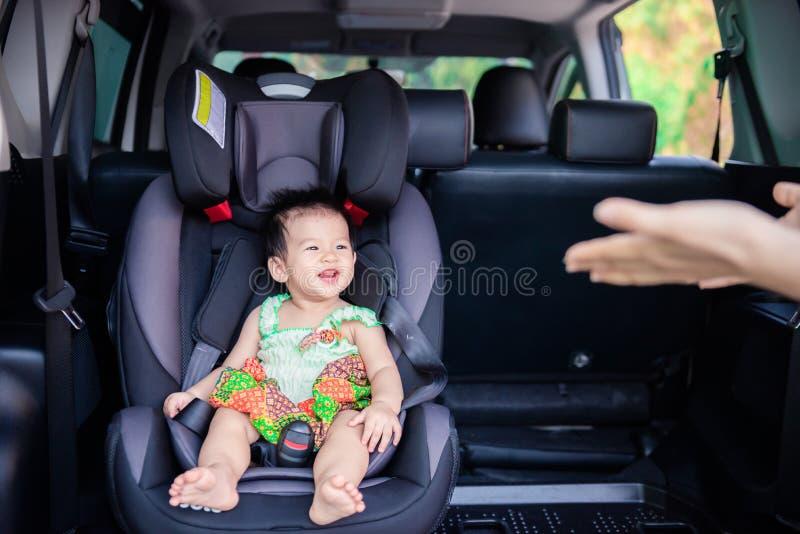 Милый маленький ребенок младенца сидя в автокресле Безопасность транспорта ребенка стоковые изображения rf