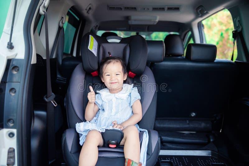 Милый маленький ребенок младенца сидя в автокресле Безопасность транспорта ребенка стоковая фотография rf