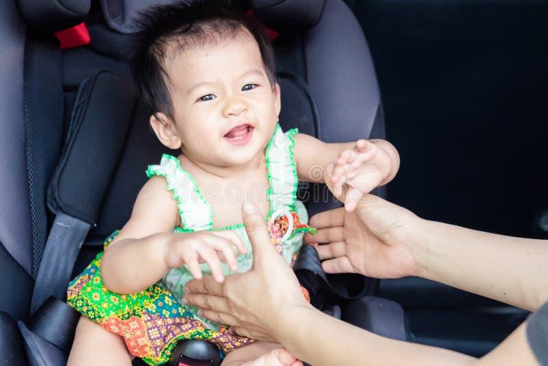 Милый маленький ребенок младенца сидя в автокресле Безопасность транспорта ребенка стоковые фотографии rf