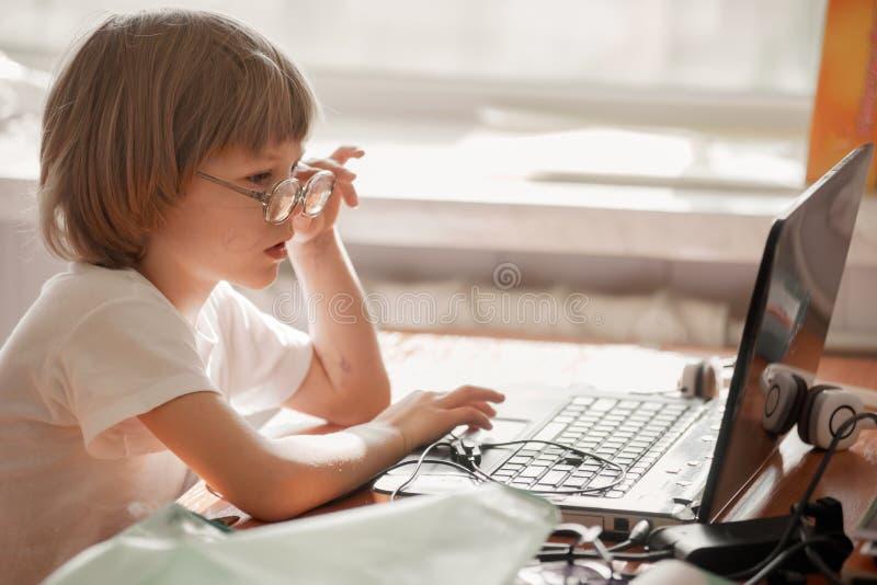 Милый маленький ребенок с компьтер-книжкой стоковая фотография