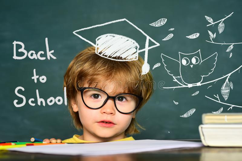Милый маленький preschool мальчик ребенк в классе Предпосылка классн классного o Дети от начальной школы 1-ое сентября стоковые изображения rf
