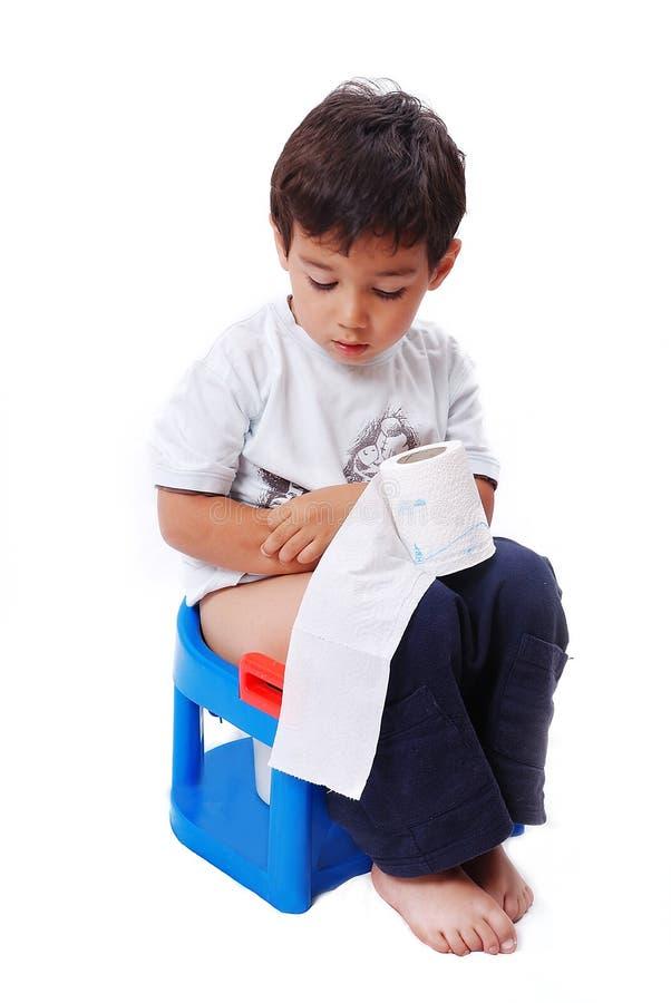 Милый малыш с туалетной бумагой на туалете стоковые изображения rf