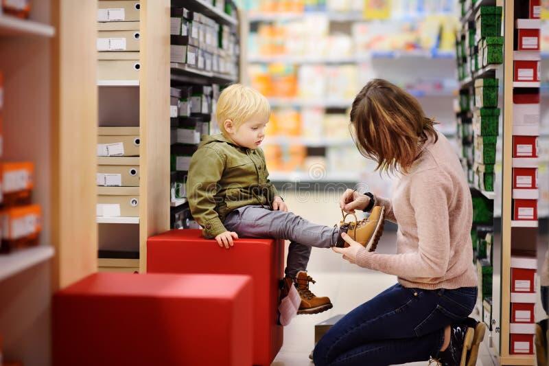 Милый мальчик во время покупок с его молодой матерью стоковое фото rf