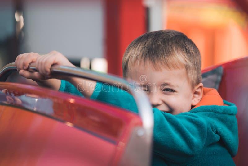 Милый мальчик в автомобиле carousel стоковое изображение rf