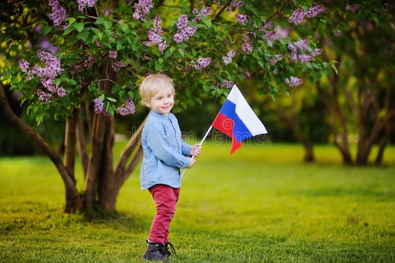 Милый мальчик держа русский флаг Дети в России Концепция избрания или национального праздника Российская Федерация стоковое фото rf