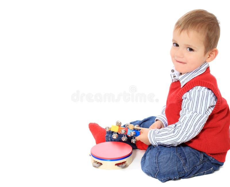 Милый мальчик играя с игрушками стоковое фото