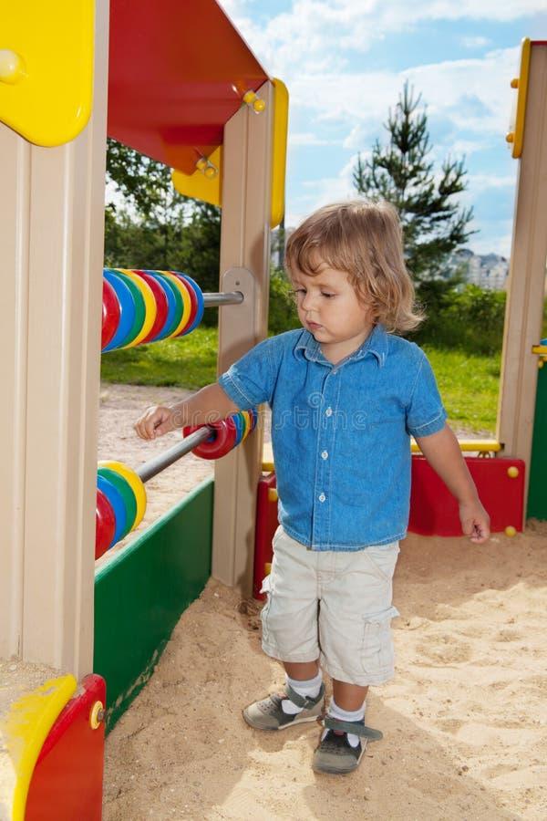 Милый мальчик играя с подсчитывать-рамкой стоковые фотографии rf