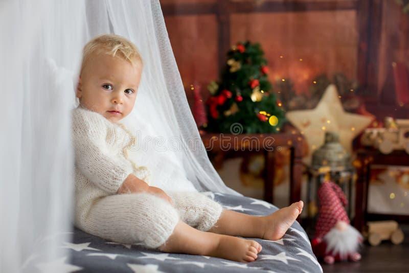 Милый мальчик малыша, сладкий младенец, раскрывая представляет на стоковое изображение rf