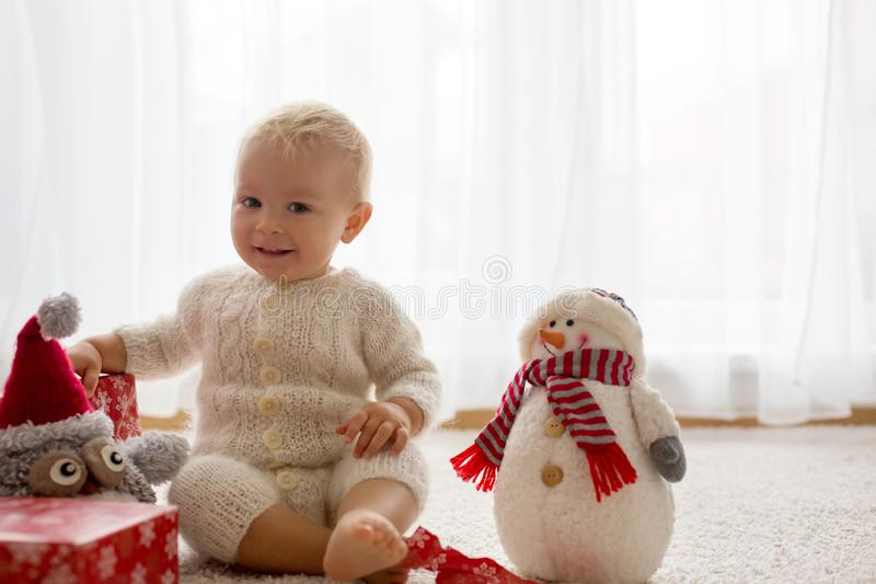Милый мальчик малыша, сладкий младенец, раскрывая представляет на стоковые фотографии rf