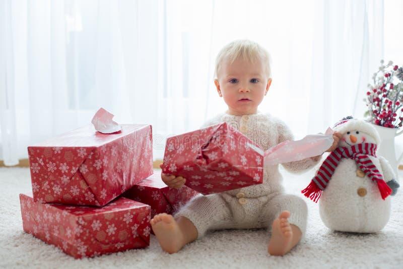 Милый мальчик малыша, сладостный младенец, раскрывая представляет дома стоковые изображения rf