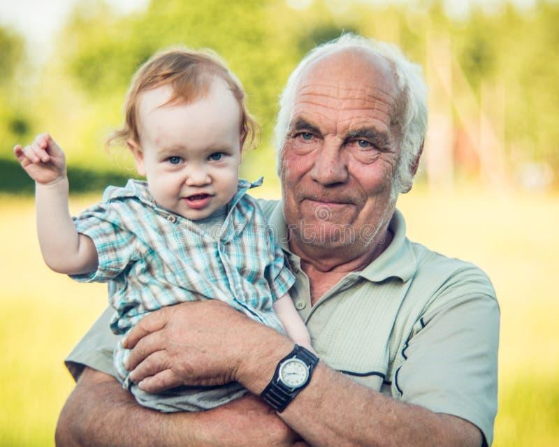 милый мальчик малыша с старшим дедом стоковые изображения rf