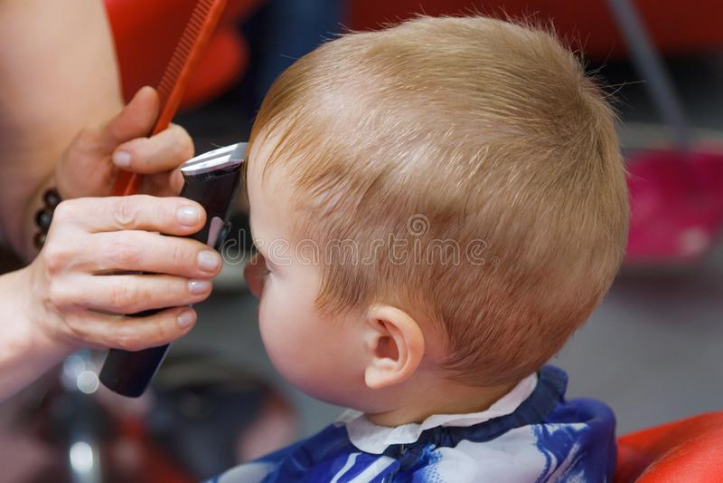 Милый мальчик на парикмахерскае стоковая фотография rf