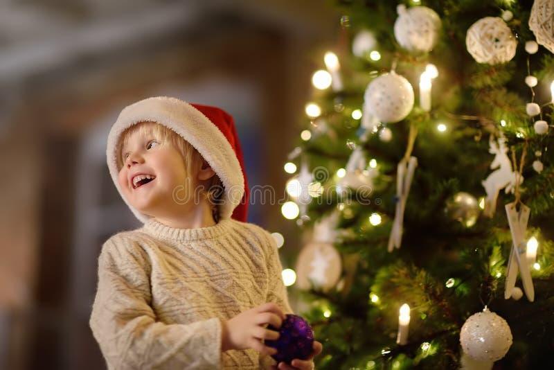 Милый мальчик нося шляпу Санты готовую для празднует рождество стоковое изображение rf