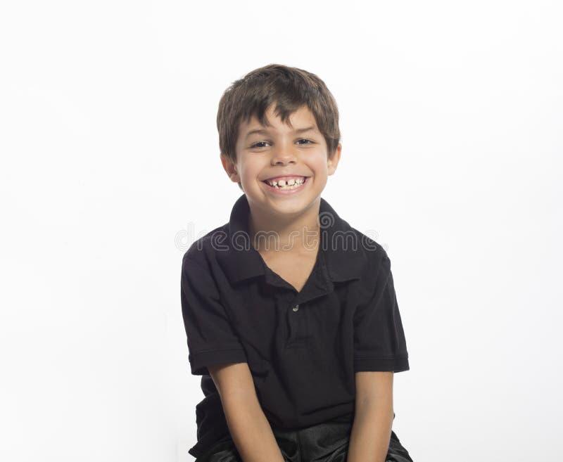 Милый мальчик с большой улыбкой изолированный на белизне стоковые фото