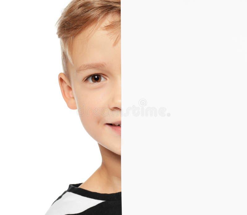 Милый мальчик с пустой доской рекламы стоковое фото rf
