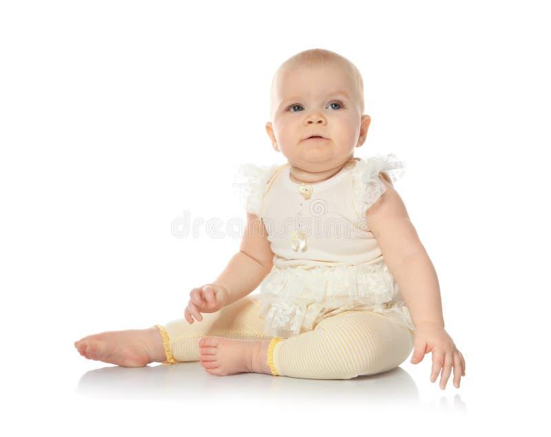 Милый меньший младенец на белой предпосылке стоковое изображение rf