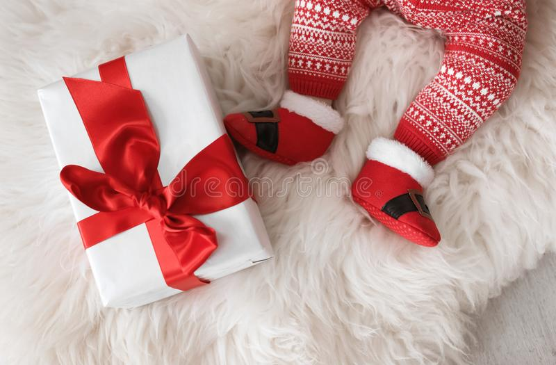 Милый младенец в костюме рождества с подарочной коробкой стоковые фотографии rf