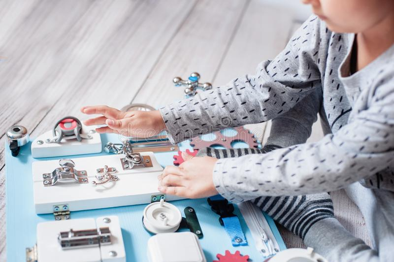 милый младенец малыша играя с занятой доской дома стоковые изображения