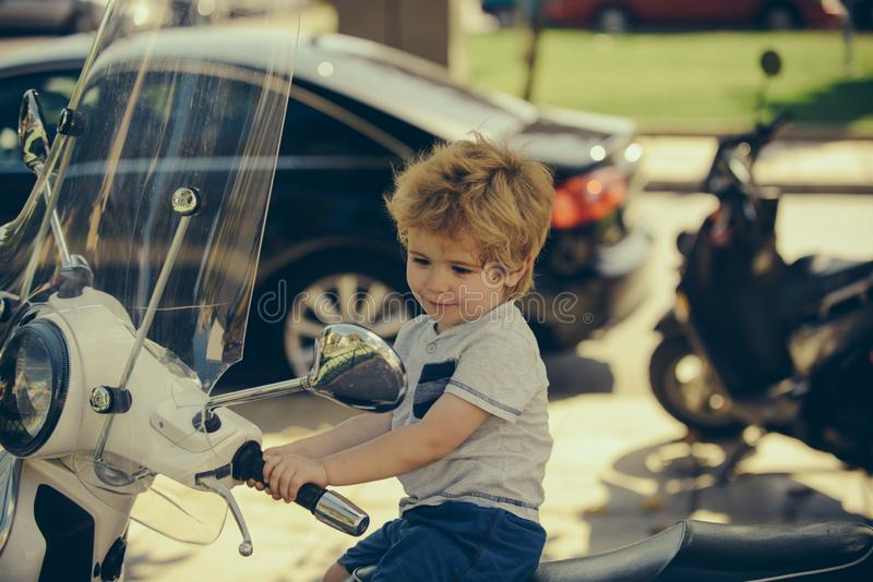 Милый младенец на мотоцикле r adventurousness Транспорт для перемещения o Большая концепция мальчика t стоковое фото rf
