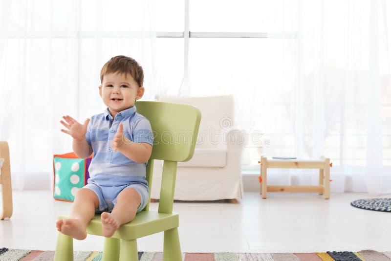 Милый младенец сидя на стуле стоковая фотография