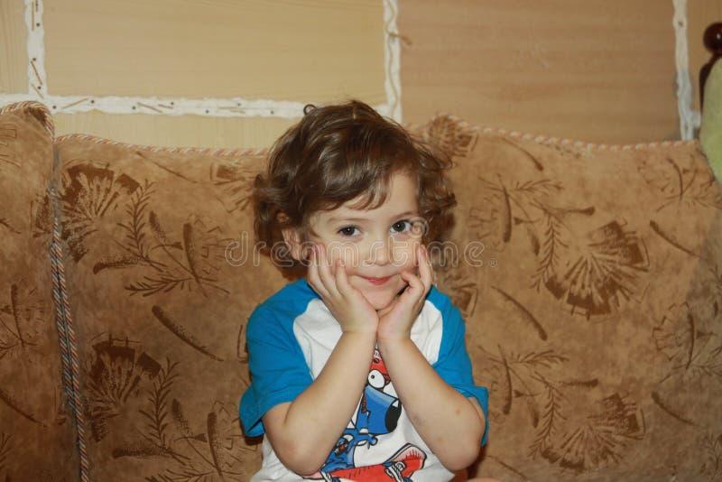 милый младенец с курчавыми длинными светлыми волосами стоковая фотография