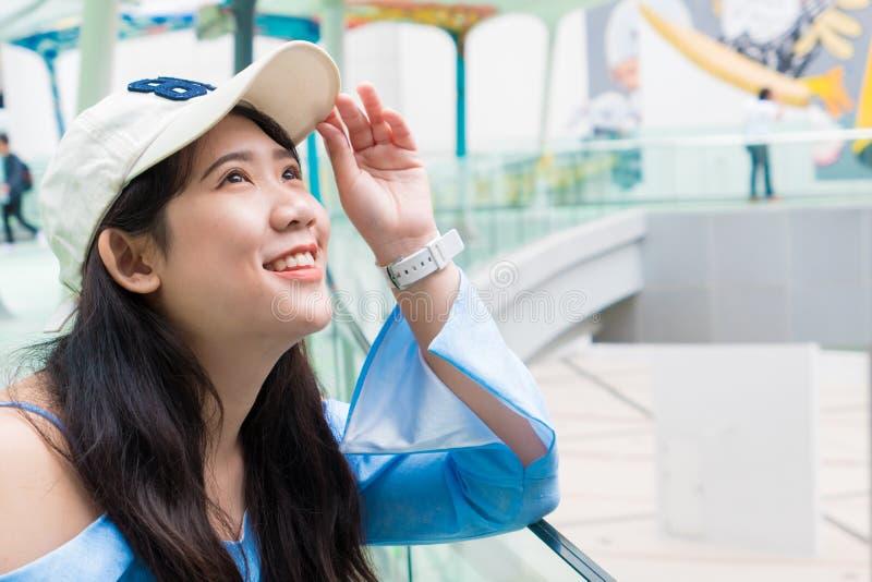 Милый молодой азиатский тайский предназначенный для подростков взгляд на небе стоковое изображение rf