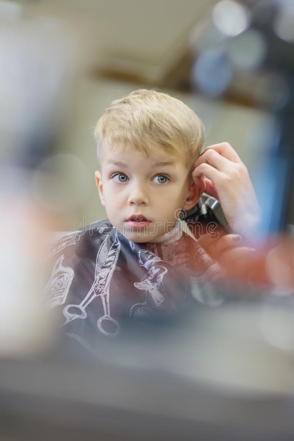 Милый молодой мальчик вспугнут стрижки стоковые фото