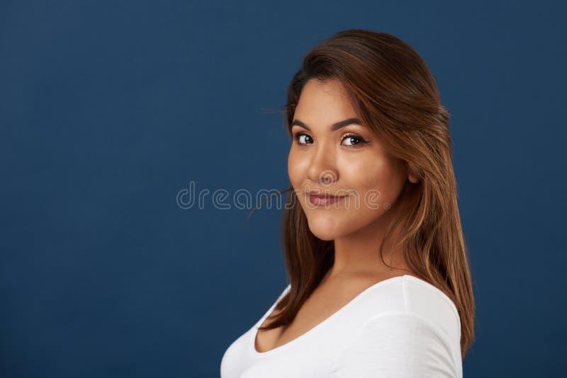 Милый молодой портрет девушки latina стоковые изображения rf