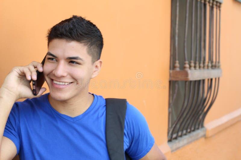 Милый молодой человек вызывая outdoors стоковое изображение