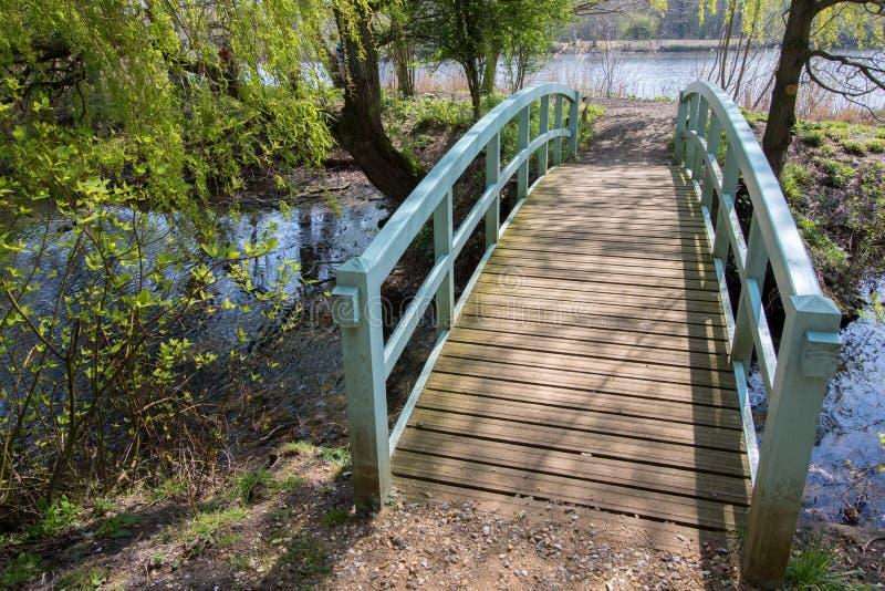 Милый мост над потоком Живописный ландшафт страны Покрашенный деревянный footbridge стоковые фото