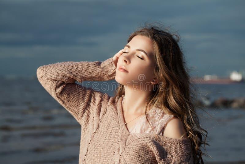 Милый ослаблять женщины на открытом воздухе Красивая девушка с длинным вьющиеся волосы, романтичным портретом стоковые фото