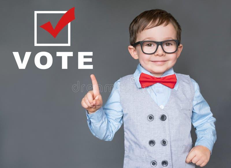 Милый ребенк ободряющие другие, который нужно зарегистрировать и проголосовать стоковая фотография