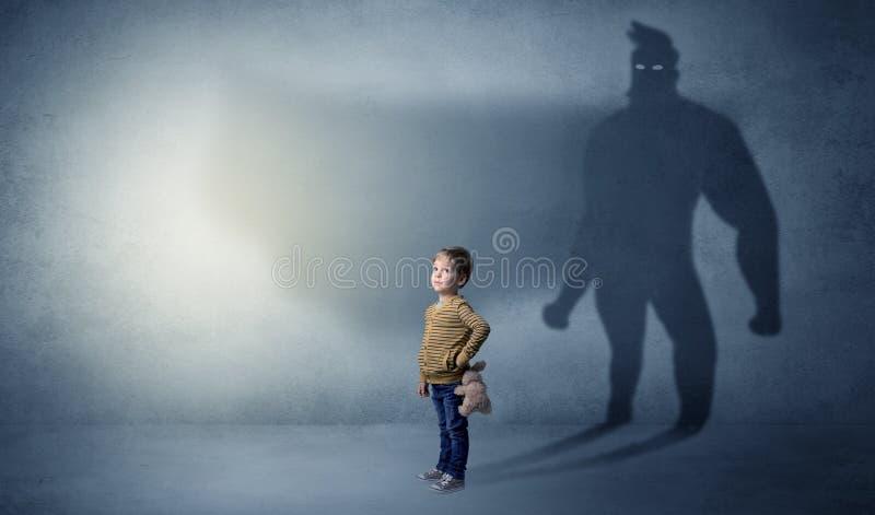 Милый ребенк с тенью героя позади стоковые изображения