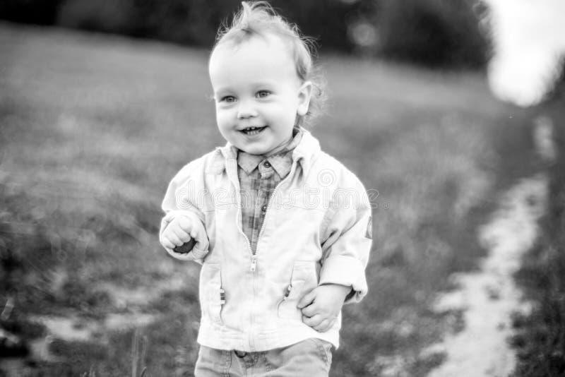 Милый ребенок в поле, счастливая усмехаясь сторона стоковое изображение rf