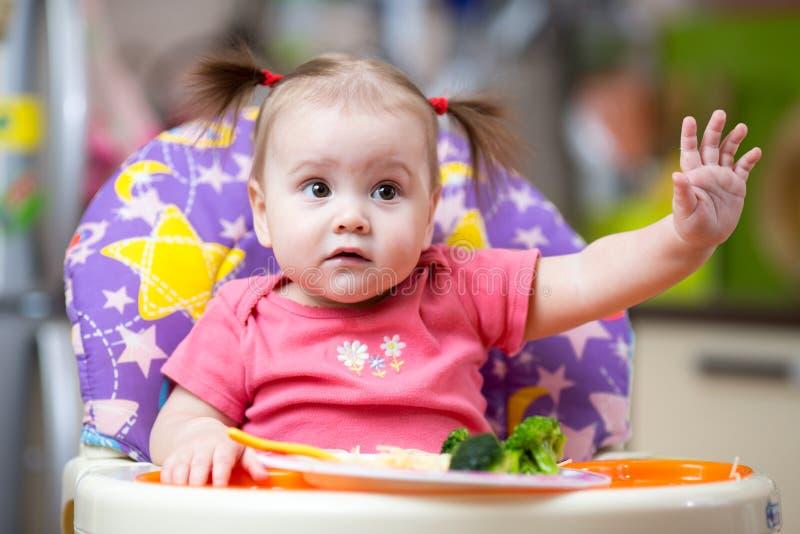 Милый ребенок есть кухню овоща дома стоковое изображение rf
