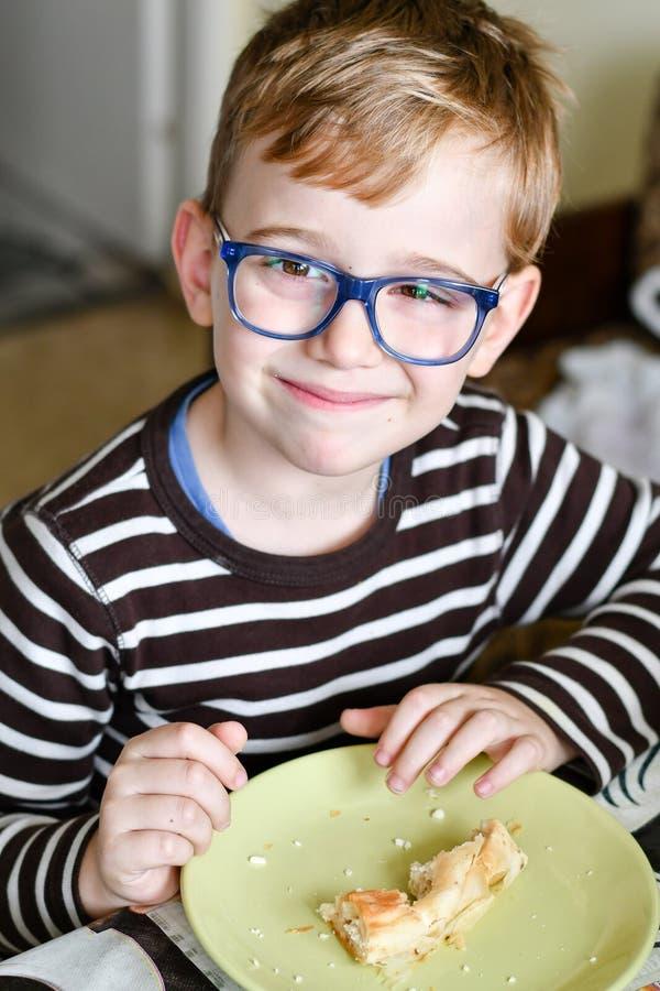 Милый ребенок на завтраке стоковые фотографии rf