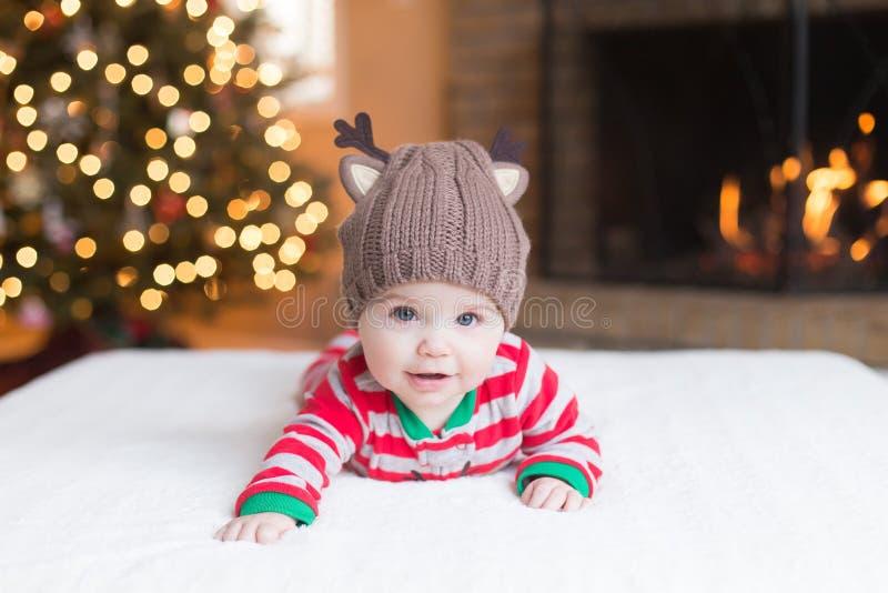 Милый ребенок рождественской елкой стоковые фотографии rf