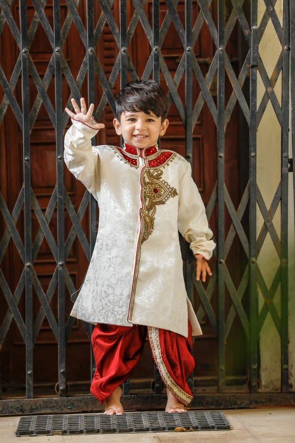 Милый ребенок /Asian индейца в традиционной носке и показывать палец 5 стоковое фото