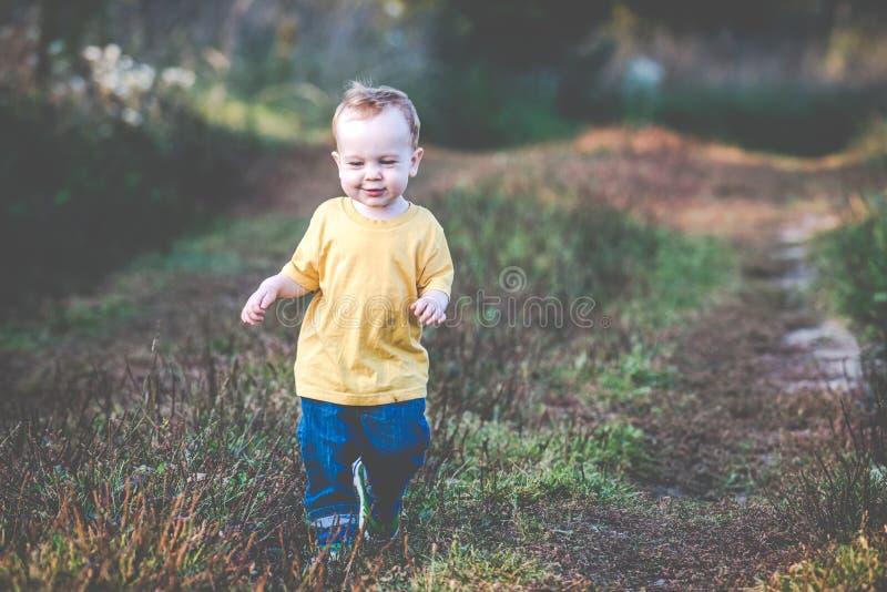 Милый счастливый ребенок outdoors стоковая фотография