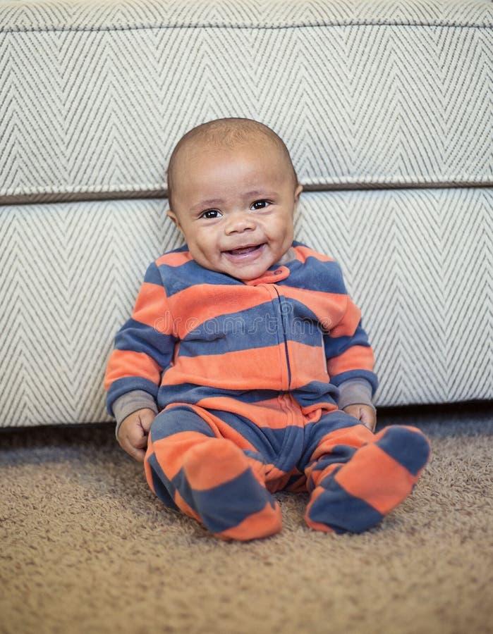Милый усмехаясь портрет Афро-американского мальчика полнометражный стоковое фото rf