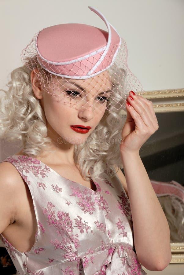 милый шлем девушки за пятьдесят платья ретро стоковое изображение rf