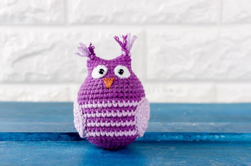 Милый handmade пурпур с пинком связал игрушку сыча стоковое изображение