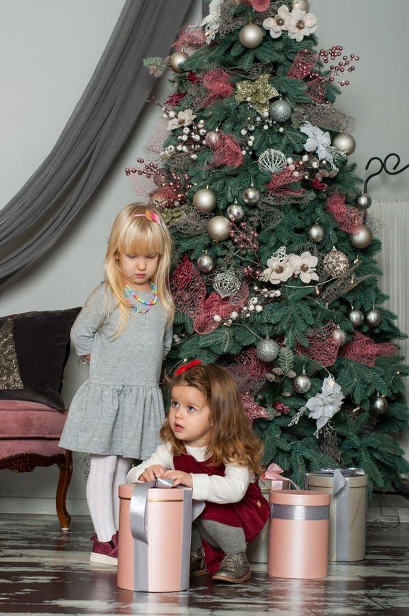2 милых маленькой девочки в атмосфере праздничной Нового Года стоковая фотография rf