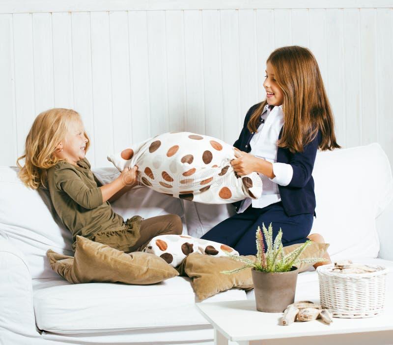 2 милых сестры дома играя, маленькая девочка в интерьере, lifes стоковые изображения rf