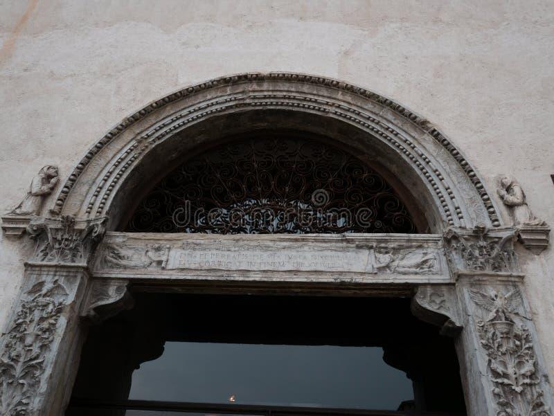 Мимолетные взгляды дворцов в Вероне стоковые фотографии rf