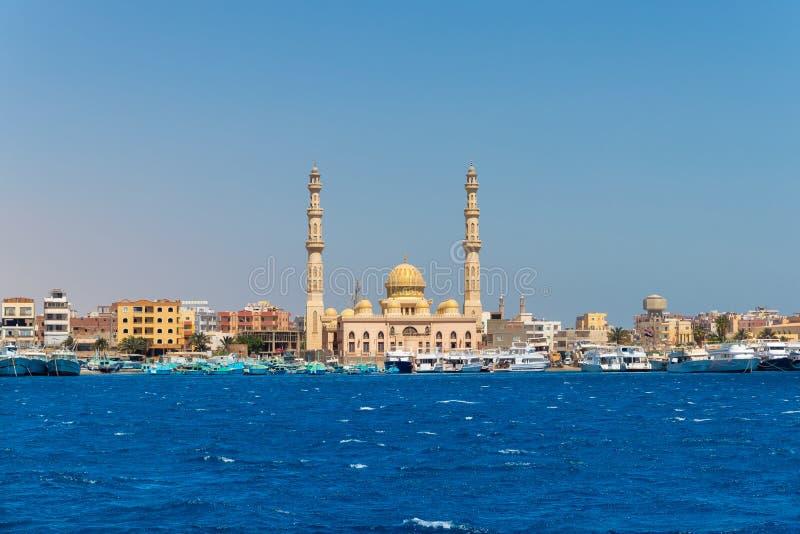 Минарет в Hurghada, взгляд мечети мины El от моря, Египта стоковая фотография