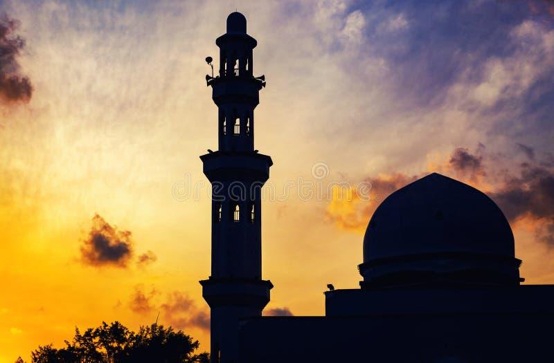 Минарет купола и мечети над изумительной предпосылкой восхода солнца стоковая фотография rf